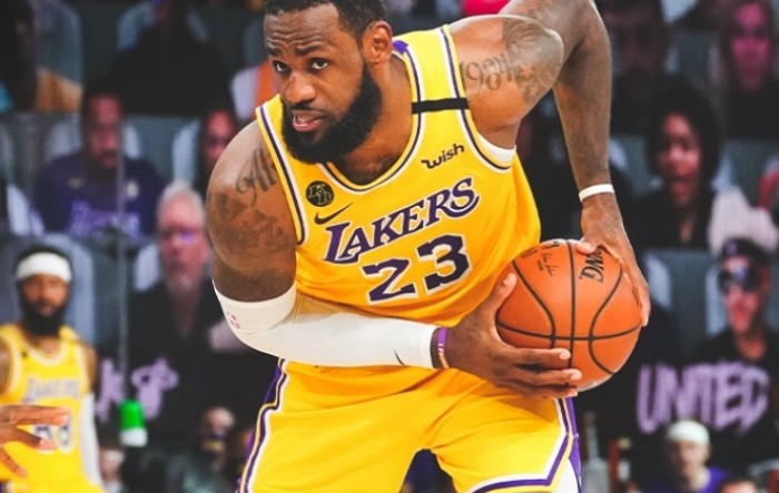 James u Lakersima do 2023.